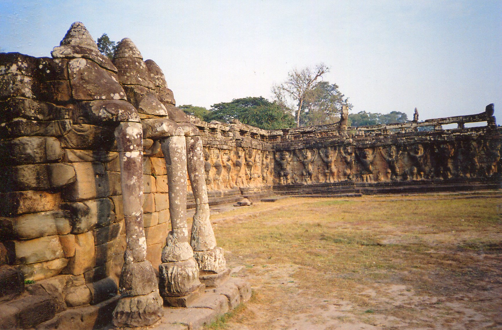 Angkor in its glory days the khmer royal palace s for Terrace of the elephants