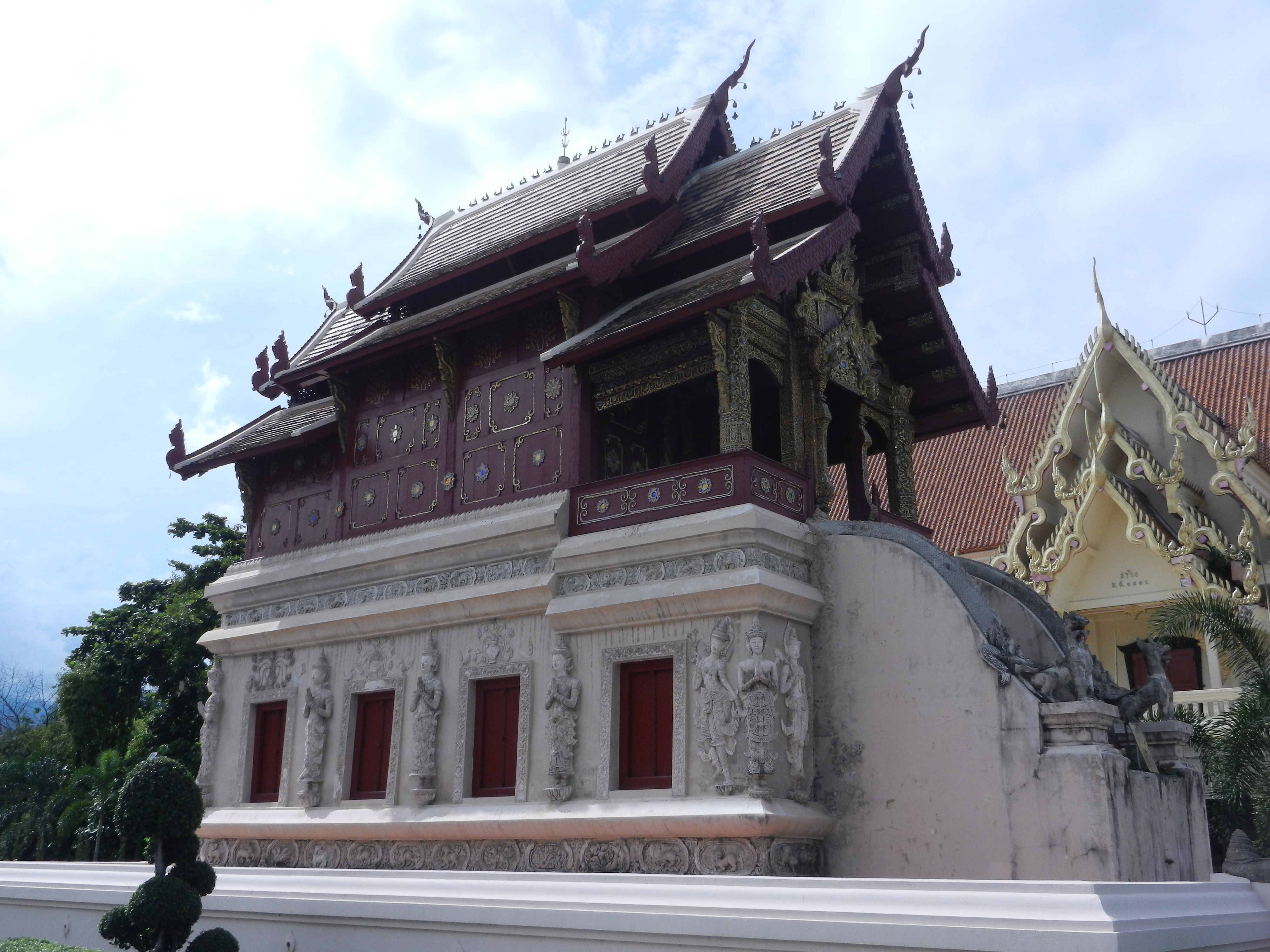 Northern thai architecture in full flight it ain t no for Wat architecture